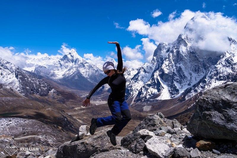 Девушка прыгает в Гималаях