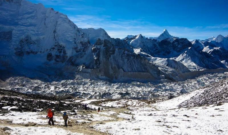Туристы в Гималаях зимой