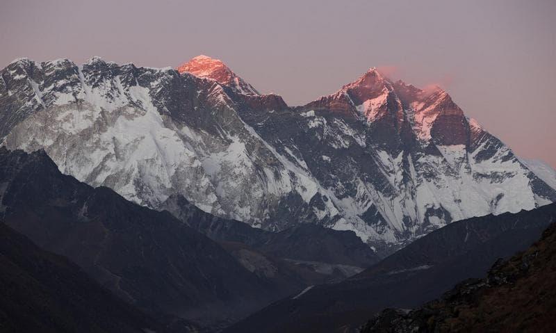 Эверест в лучах солнца
