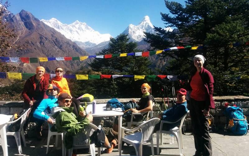 Группа туристов в Непале на привале