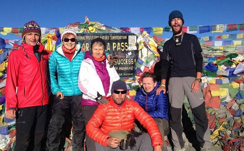 Туристы на перевале Торонг Ла