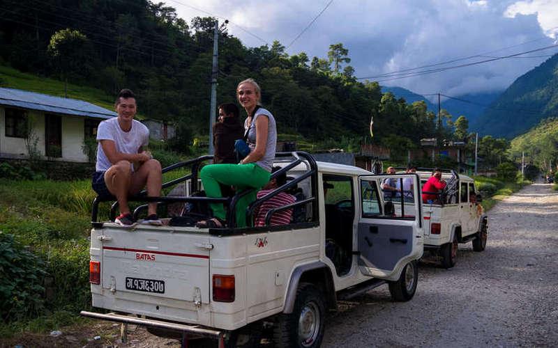 Туристы на джипе в Непале