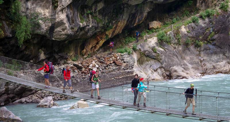 Группа переходит подвесной мост в Непале