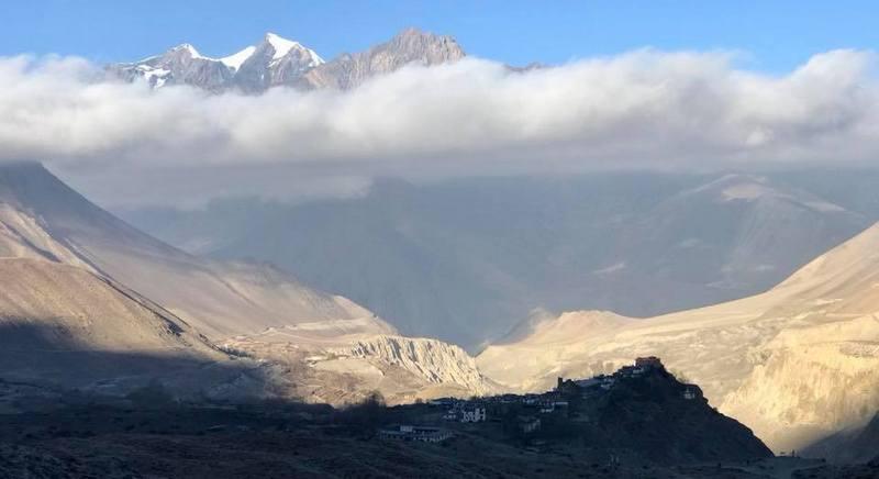 Облака на вершинах Гималаев