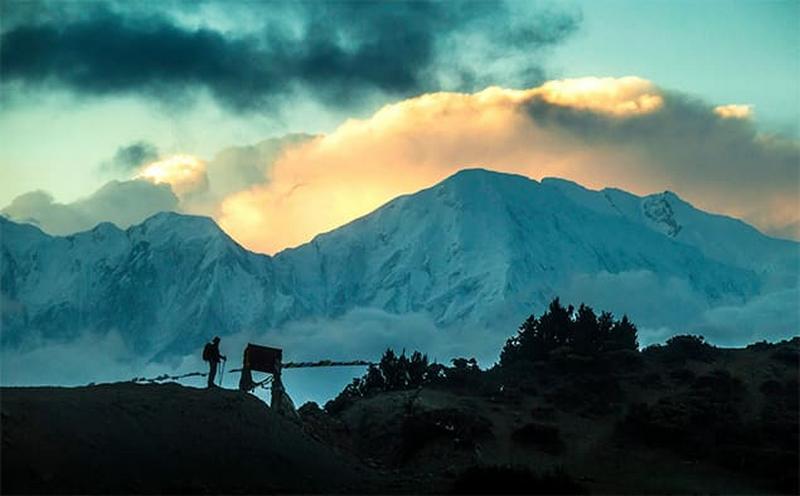 Силуэт человека на фоне Гималаев