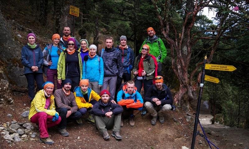 Группа треккеров на пути к Эвересту