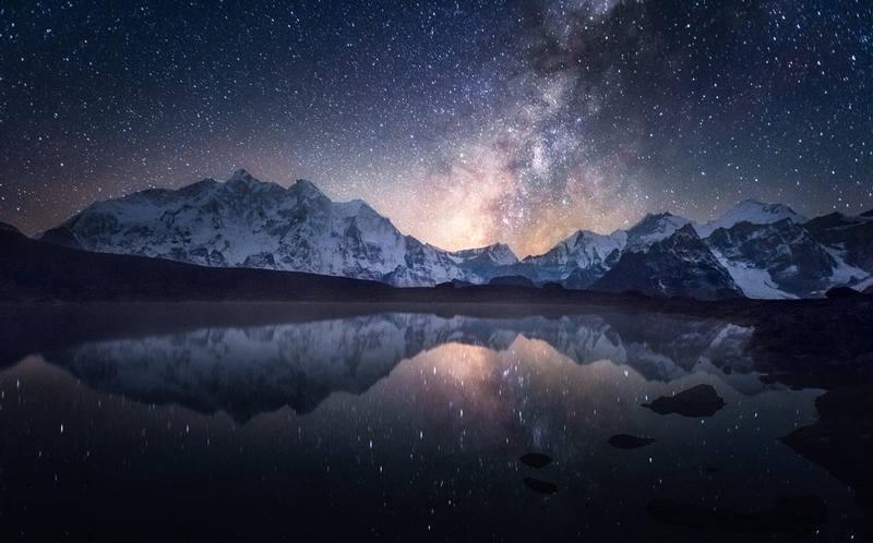 Млечный путь отражается в озере