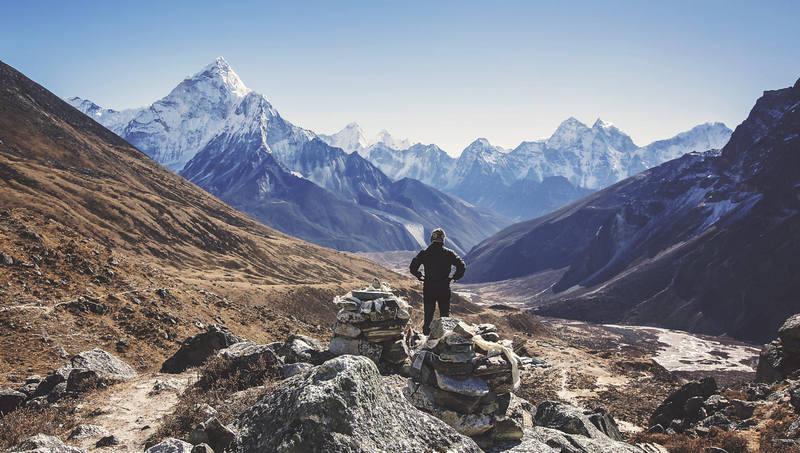 Силуэт туриста в Гималаях