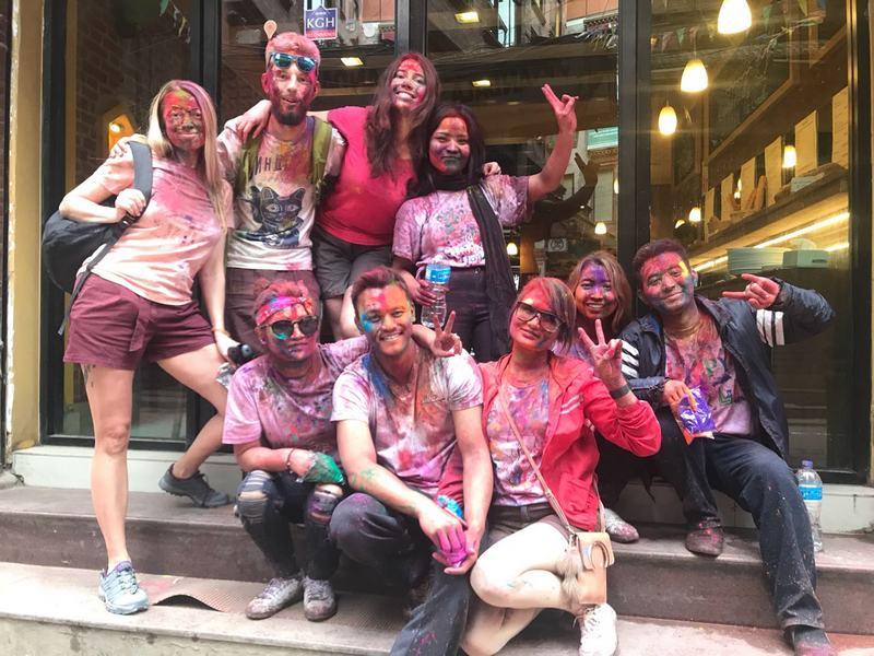 Участники трека празднуют Холи в Катманду