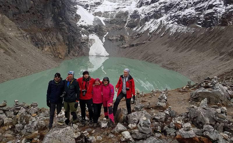 Группа туристов в Непале на озере