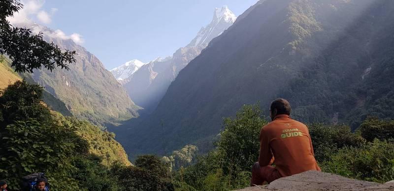 Гид на фоне Гималаев