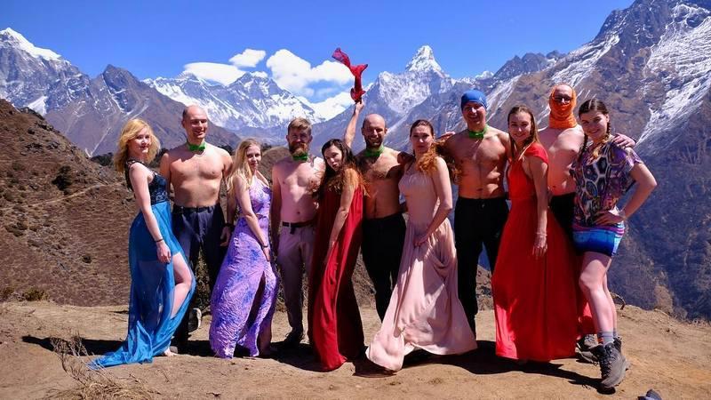 группа на треккинге в непале
