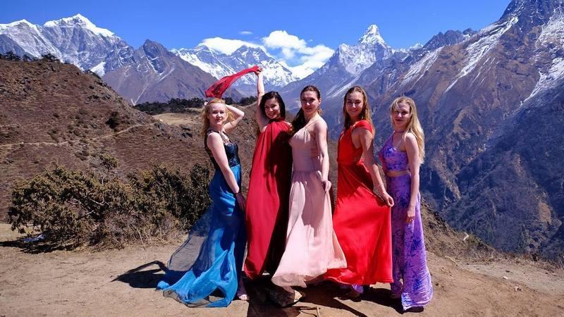 девушки в платьях в походе