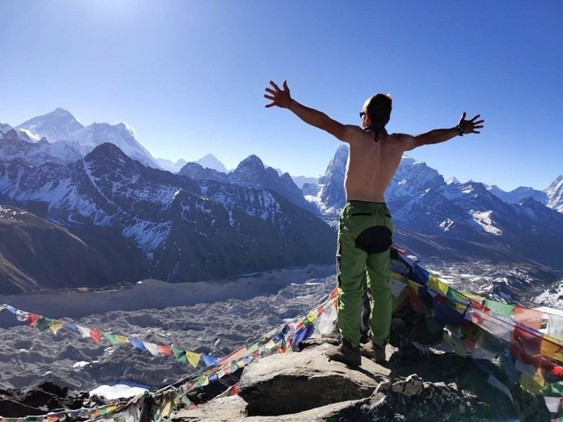 Фото Макс Хомякевич на фоне Эвереста